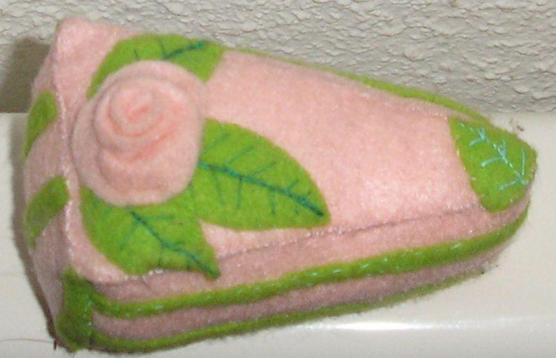 gateau fraise menthe avec sa petite roseet ces feuilles