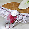 Jarretière de mariée dentelle bordeaux blanc plumes