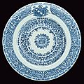 An important and large <b>armorial</b> <b>plate</b> in blue and white porcelain of the Portuguese Indian Companies, Kangxi period (1662-1722)