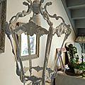 Ancienne lanterne, patinée en gris et blanc poudré