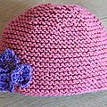 Le bonnet rose à fleurs de brune