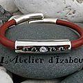 Comme des bras qui enlaceraient pour consoler d'autant de violence, voici ce <b>bracelet</b> en cuir rouge avec son <b>strass</b> swarowski !