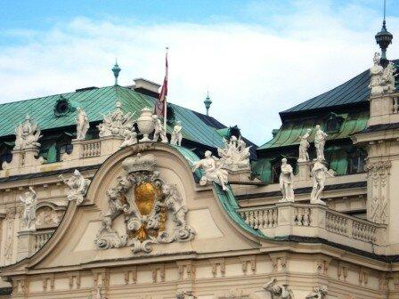 Détail du fronton et des toits du Belvédère