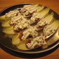 Poires caramélisées au bacon sur feuilles d'endives et chantilly au roquefort