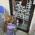 Décorations de Noël sur les vitres réalisées par les enfants