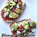Tartines fèves, chorizo et roquefort