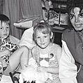 Michael jackson visite les hôpitaux australiens pour enfants en 1987 et 1996