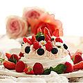Pavlovas des mamans aux fruits rouges.....et chantilly aux biscuits roses....