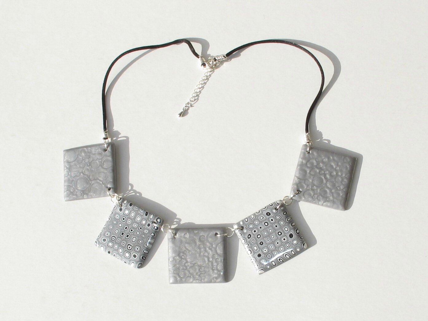 collier gris fimo carré mica shift clay gun fond blanc