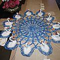 napperon bleu avec cygnes autour n° 53