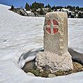 La frontière : le col et la croix de l'alpe