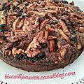 Gros gâteau aux pommes, raisins et noix