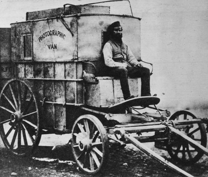 74. Une chambre noire itinérante utilisée par le photographe Roger Fenton lors de la guerre de Crimée, en 1855.