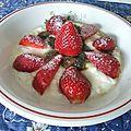 Mousse de faisselle à la confiture de <b>fleurs</b> de <b>pissenlit</b> et aux fraises