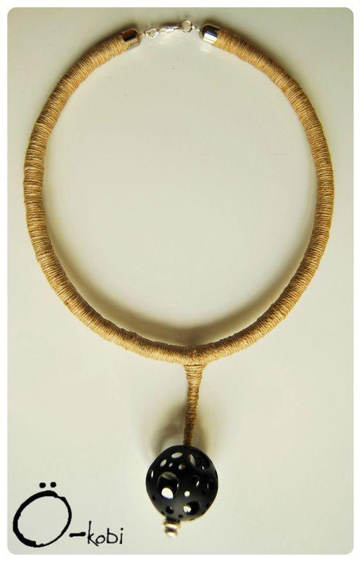 Collier Boule Trou-trous - 68 €