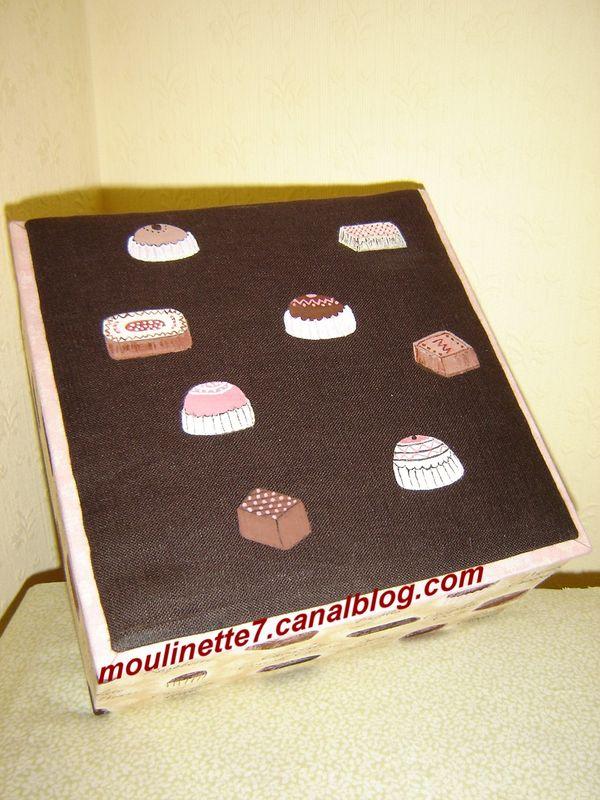 Boîte à chocolats le couvercle est peint sur toile de lin
