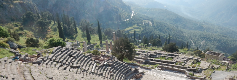 Delphes l'amphithéâtre et le temple d'Apollon 200418 1
