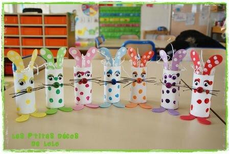 Lapins de Pâques avec des rouleaux de papier toilette