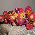 Perles et pétales motif fleur rose et jaune