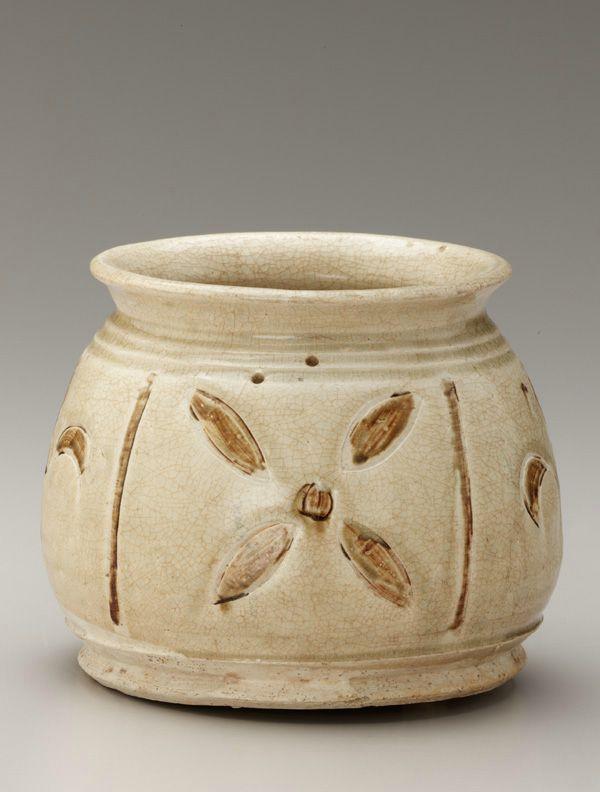 Jar with incised decoration, 13th-14th century. Trân dynasty. Vi
