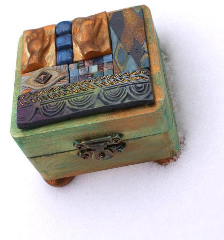 Boîte habillée de tesselles en fimo (avec des mains)