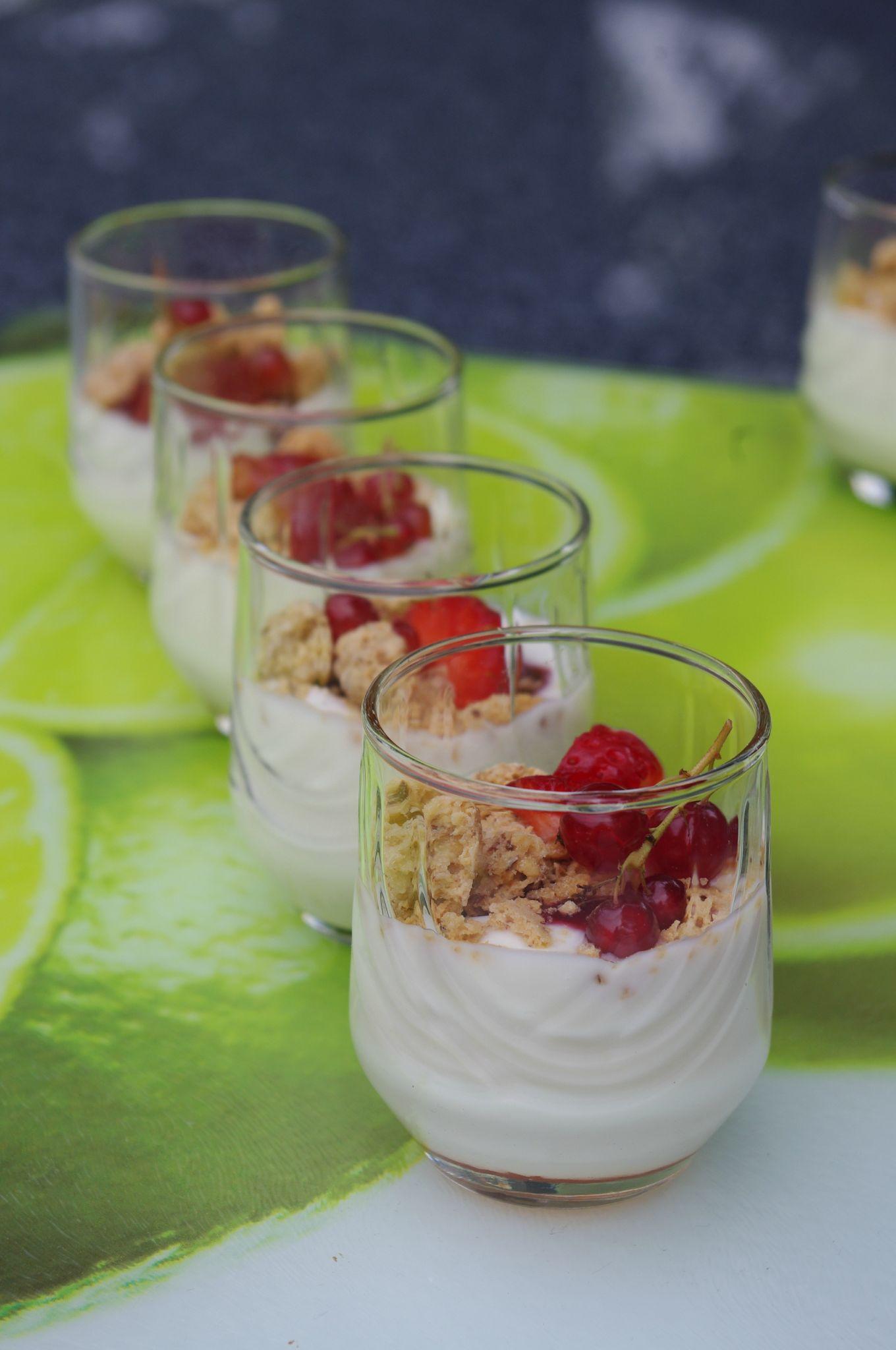 Verrines fraîches et onctueuses aux fruits rouges, yaourt à la grecque & Macarons de Joyeuse