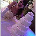 La mariée et son gâteau dentelles...