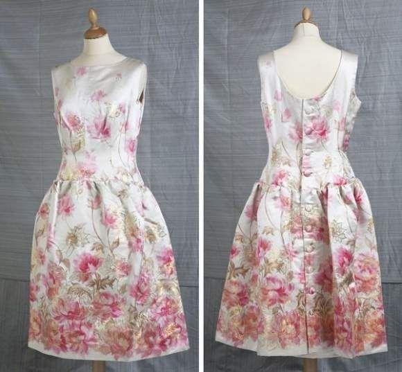 Balenciaga, robe en soie ivoire à motifs floraux rose et fil d'or, sans manches, à boutonnière. Circa 1950