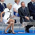 <b>Brigitte</b> <b>Macron</b>, ok la jupe a été raccourcie mais elle était déjà bien courte pour une manifestation officielle!