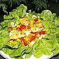 Salade composée aux tomates, maïs et aux vaches qui rit panées
