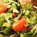Salade de fèves vertes, mâche, pamplemousse et noisettes grillées