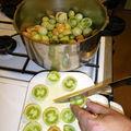 Les couper en morceaux (1,350 Kg de fruit)