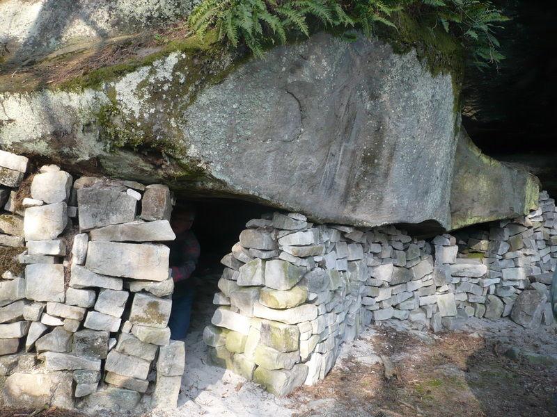 Utilisation des rochers pour créer un abri