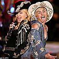 Madonna apprend a tirer la langue avec <b>Miley</b> une autre époque ...!
