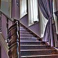 Au pied de l'escalier...