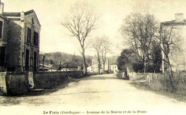 Ancienne Mairie sur gauche / et Ecoles