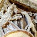 église de Saint-Nectaire : âne à la lyre, et homme chevauchant une bouc