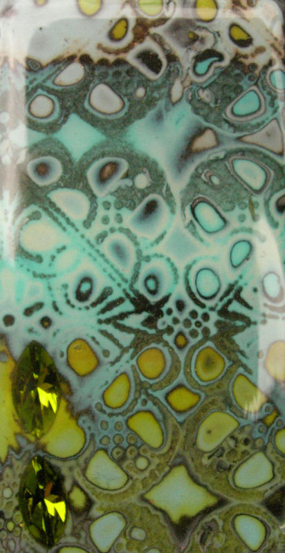 Quand la fimo prend l'aspect de l'émail... détail pendentif, vue 2 (hidden maggic et résine)