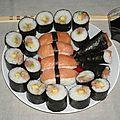 Makis au saumon, crevettes et avocats