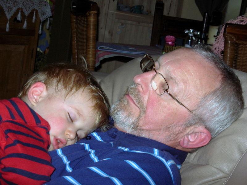 Sieste sur le ventre de Papy