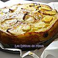 Gâteau aux pommes et aux raisins à l'ancienne pour la fête des mamies