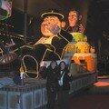 Julia et Nadège devant un des chars du Carnaval