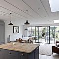 Une cuisine en gris et blanc