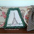 Trousse Parisienne brodée d'une Tour Eiffel