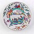 Chine. assiette ronde en porcelaine décorée en émaux polychromes de la famille rose, xviiième siècle