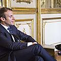 Macron hilare quand son chien se soulage sur les meubles de l'elysée