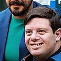 Zack Gottsagen, un acteur qui a le syndrome de Down, 2 article, 1 vidéo.
