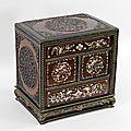 Petit cabinet portatif en acajou et palissandre sculpté ouvrant par quatre tiroirs. Chine du sud ou Vietnam, fin XIXe - début XXe