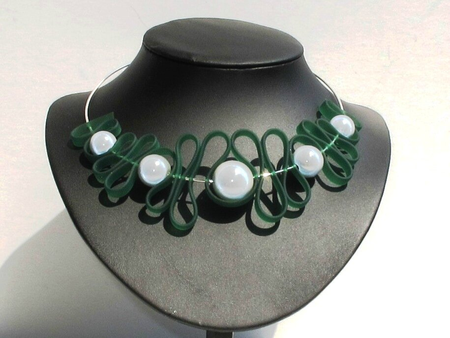 collier torque sangle verte perles blanches buste