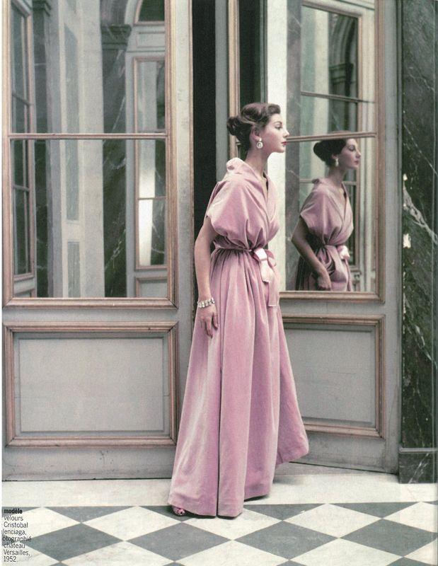 Modèle en velours photographié au château de Versailles en 1952